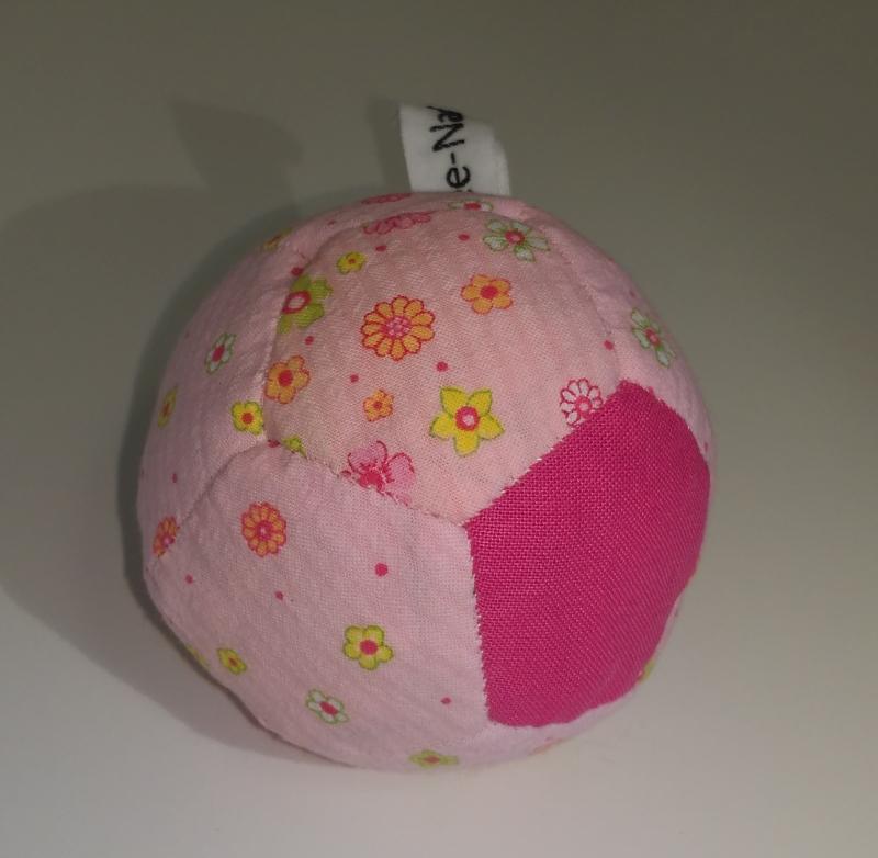 Babyball rosa mit Blümchen 8 €