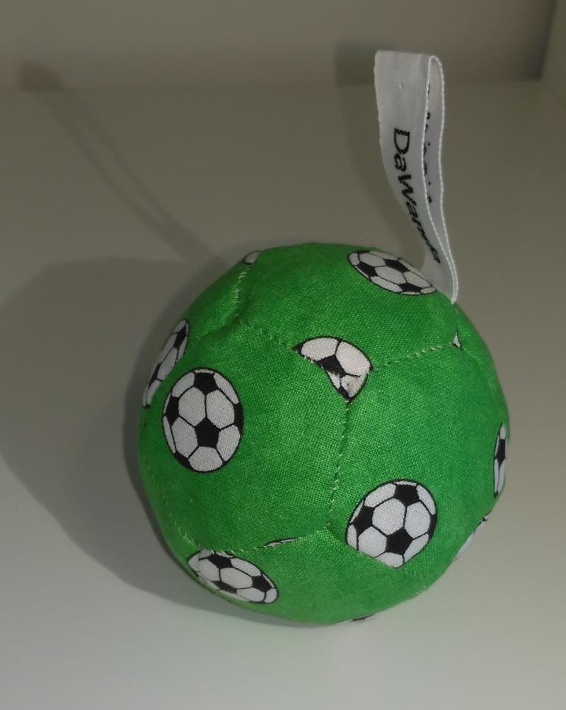 Babyball grün mit Fußball 8 €